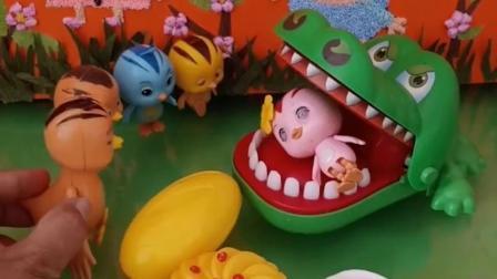 大鳄鱼把鸡宝宝吃了,鸡妈妈找来食物交换,可是还有一只小鸡,怎么办呢