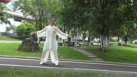 健身气功八段锦由李兴红老师在安顺场展示