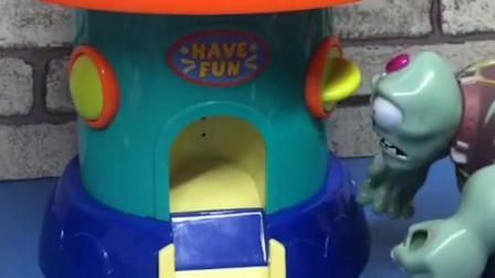 小鬼想要扭蛋,僵尸就把扭蛋机推倒了,快告诉葫芦娃爷爷吧!