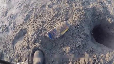 老外沉迷寻宝活动,在沙滩意外找到一部手机,网友:谁那么心大