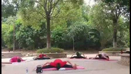 舞韵瑜伽:宜良县醉伽人在江边公园辰练《花开宜良》