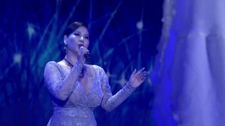 女歌手用草原特有的长调演唱鸿雁