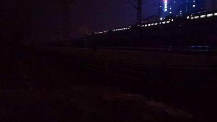 20200115 210434 G349次列车晚点限速通过汉中站,远处有一HXD2货列