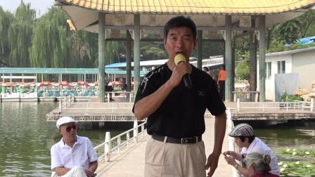 爱好评剧的男士在公园演唱的评剧真不错!