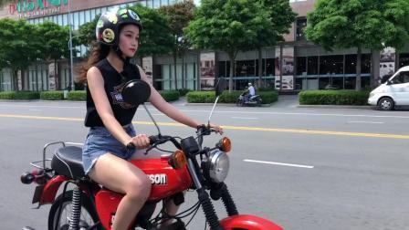 酷似关晓彤的妹子骑摩托车.mp4