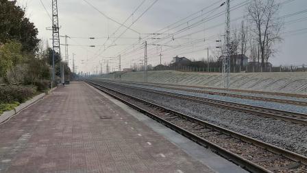20200116 160118 G1975次列车进汉中站阳安线HXD2货列通过王家坎站,对面停工程(宿营)车