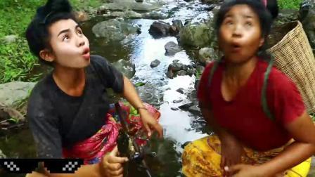 俩漂亮姑娘河里抓螃蟹,却抓到了一条水蛇,高兴的拿回家去了