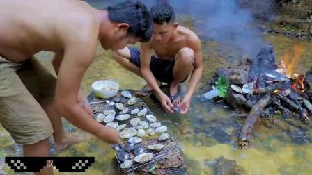 两个小伙河边做美食,用扇贝这样做,看着真好吃
