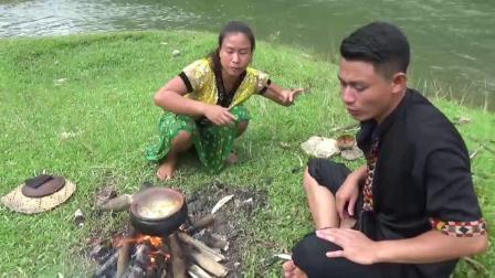 荒野夫妻野外求生,收获一条大鱼,野地这样做着吃,太馋人了
