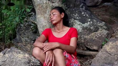 荒野少妇独自一人,在荒野做野味,野鸡这样蘸着辣椒酱,真馋人