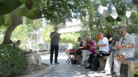 天津市京剧票友马连吉先生在西沽公园清唱《箭杆河边》二黄唱段,琴师为刘玉丰先生