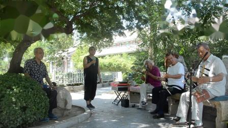 天津市京剧票友佟金刚先生在西沽公园清唱《铡美案》包龙图打坐在开封府,琴师为刘玉丰先生