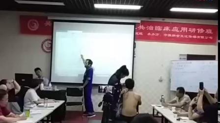 中推瑶医吴斌指导学员治疗头痛头晕手法实操教学_标清