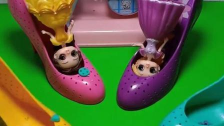 公主们穿上高跟鞋准备去逛街,白雪和他们穿的不一样,谁穿的对呢?