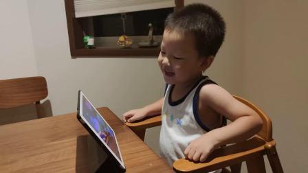 小远远看 iPad 倍儿开心 😁