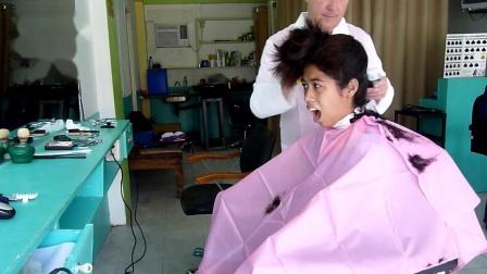 年轻女孩在理发店理发