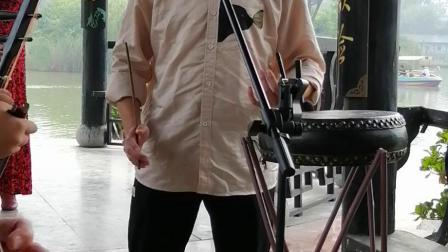 来自湖北黄冈的帅哥大学生在长虹公园演唱张小轩派京韵大鼓《单刀会》