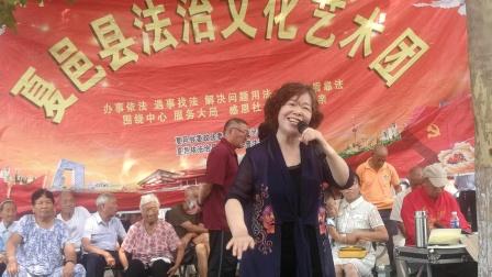 高燕女士在普法艺术团演唱