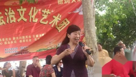 蒋亚丽女士在普法艺术团演唱