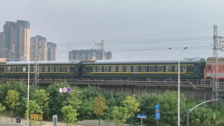 皖赣线K593(乌鲁木齐—杭州)通过芜湖站附近,原色车瞩目