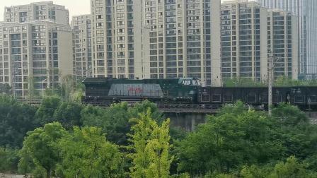 【火车视频】皖赣线HXN5机车逆行牵引货列通过