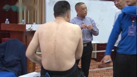 张洪瑞老师,现场为学员调理腿脚无力,演示教学