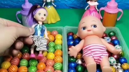 王后让白雪贝尔照顾娃娃,谁的娃娃照顾的好,王后就带谁参加舞会