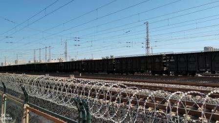 HXD11818牵引大列通过古营盘站