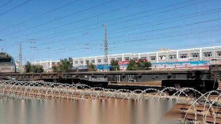 HXD21332牵引平板+客车车底混编大列通过古营盘站