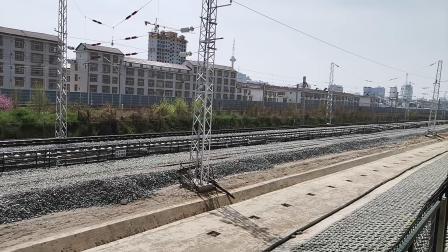 20200314 133909 西成高铁D6866次与阳安线K768次列车同向出汉中站