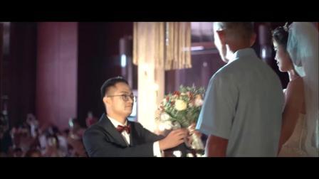 婚礼现场,每个人都洋溢着笑容,新郎新娘每时每刻都无比珍惜