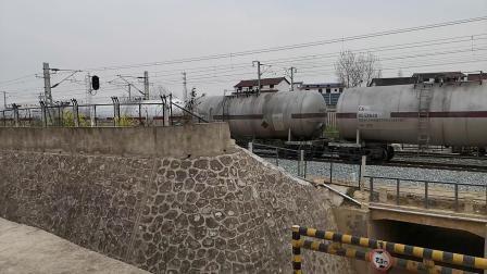 20200322 135523 阳安线HXD2货列出汉中站,尾挂几节红色客车厢