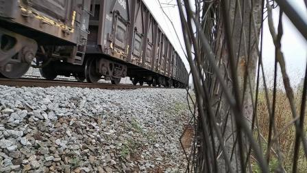 20200328 133359 阳安线HXD2货列出汉中站,尾挂钢轨运输车