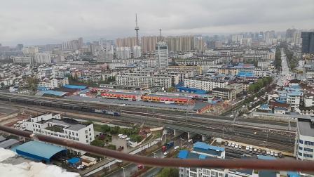 20200328 175156 阳安线HXD2货列通过汉中站,尾挂保温(冷藏)车