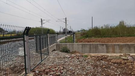 20200401 150022 阳安线HXD2货列进汉中站,尾挂一节邮政车