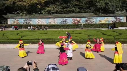 2020年11月11日卓玛艺术团锡惠公园九龙壁巡演活动,影视制作:潘寿昌《大海摄像师》