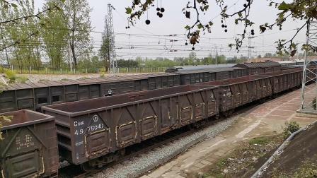 20200404 142531 阳安线HXD2货列通过王家坎站,对面停K261/2(K82