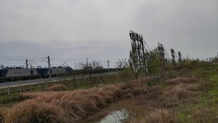 20200404 152001 阳安线HXD2货列出汉中站,前运钢轨,尾挂危化品(浓硫酸