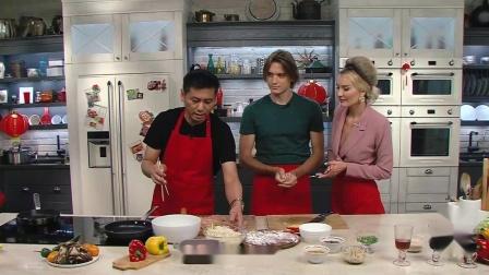 《俄罗斯明星学做中国菜》:做鸡肉时蔬炒面