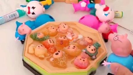 猪爸爸买了好吃的,佩奇乔治想吃,猪爸爸让拼变脸娃娃