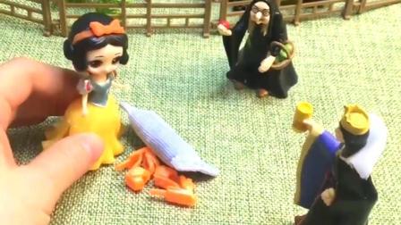 王后让巫婆婆干活,不料她指使白雪公主干活,被王后发现了