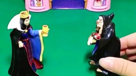 王后让巫婆婆找白雪,不料巫婆婆不认识白雪,把贝儿当白雪