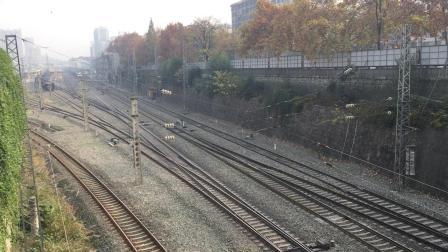 武局襄段HXD1蓝精灵牵引26015次货运列车下行通过十堰站