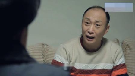 警察半夜突袭检查,吴老大眼疾手快,立马把麻将牌收了起来