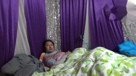 被窝里看电视剧,朱坤躺着真舒服,哈哈哈