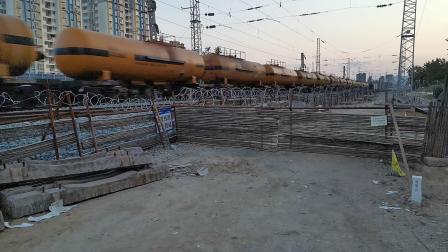 20200424 192108 阳安线HXD2危化品(浓硫酸)专列通过汉中站