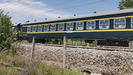 20200425 131913 阳安线客车8362次列车通过青龙观弯道进汉中站,车底由22B更换为25B