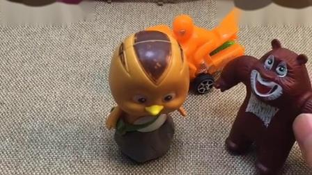 熊二和大宇被大怪兽追,熊二变小汽车才能躲大怪兽,快帮熊二变身吧!