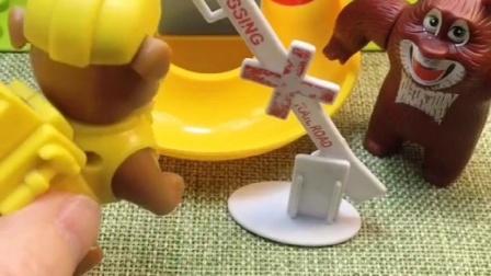 熊二请小朋友来游乐场玩,熊二拒绝让小鬼玩,小鬼不做坏事能玩么?