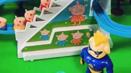 乔治和佩奇想去玩滑滑梯,猪妈妈也来了,猪爸爸变大了